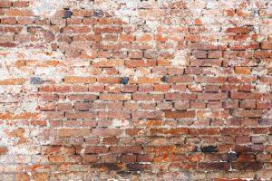 czyszczenie starej cegły z zaprawy